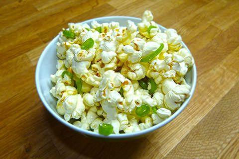 Popcorn Balla Balla - die Verschmelzung von Popcorn und Haribo Balla Balla. Ein süß-saures und erfrischendes Erlebnis. Mal was ganz anderes!<br /><br/> Durch hinzufügen der besonders bei Kindern beliebten Fruchtgummistangen mit saurer Füllung ergibt sich hier eine interessante Geschmackskombination.