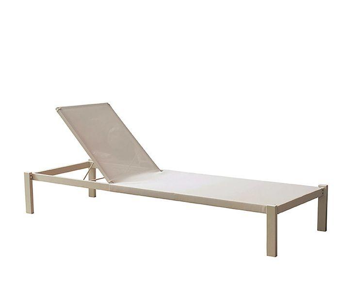 Liege stapelbar Bespannung aus Emu- tex und Verdectken Rollen - Die Möbelserie Shine aus Aluminium und Teak, eine umfassende Linie mit schlichtem Design, macht es möglich, eine Indoor-Einrichtung auch nach außen zu verlegen. Aufgrund der ihr eigenen Vielseitigkeit ist Shine die perfekte Ausstattung für Innen- und Außenbereiche.Sofas, Loungesessel und niedrige Tische bringen Eleganz und Stil in Entspannungsbereiche oder an den Poolrand.Die Liege aus Aluminium und Emu-Tex für harmonische und…