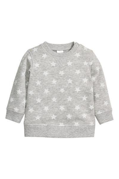 CONSCIOUS。オーガニックコットンを使用した、ソフトなジャージー素材のスウェットシャツ。片方のショルダーにスナップボタン1つ付き(サイズ 80~92はスナップボタンなし)。裏起毛。