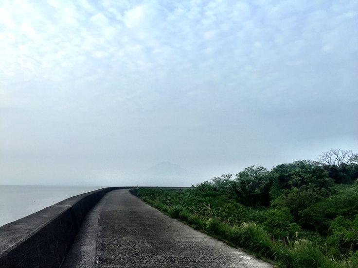おはようございます!  今日の桜島です。(見えませんが)  天気は曇り。スッキリしない天気です。  錦織圭選手、バルセロナOPテニスで4強に入りましたね。  ここはしっかり優勝して欲しいところです。  今日も1日、元気に頑張っていきましょう!