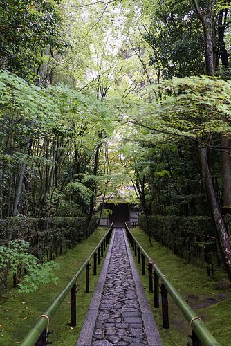 In 1582, Toyotomi Hideyoshi buried his predecessor, Oda Nobunaga, at Daitoku-ji. He also contributed land and built the Sōken-in. Around this period in history, Daitoku-ji became closely linked to the master of the Japanese tea ceremony, Sen no Rikyū, and consequently to the realm of the Japanese tea ceremony. After the era of Sen no Rikyū, another famous figure in the history of the Japanese tea ceremony who left his mark at this temple was Kobori Enshū.