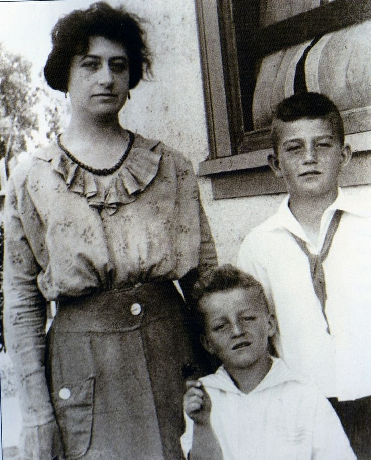 Marion (John Wayne) with mother Mary and brother Robert. She treated Marion horribly and when she left husband Clyde, she took Robert only, with her.
