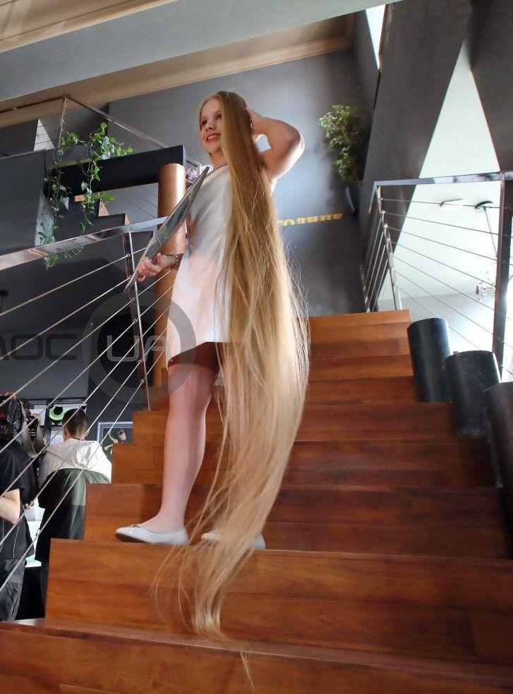 Elena Korzeniuk 15 Jahre Schulmadchen Mit 235 Cm Langen Haaren