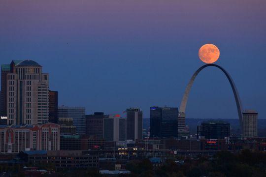 La luna se eleva más allá del Arco en San Luis como se ve desde la Torre de Agua Compton Hill el domingo 13 de noviembre de 2016. (David Carson / St. Louis Post-Dispatch vía AP)