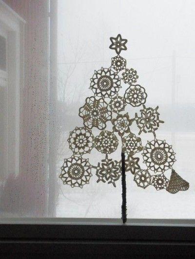Wat een leuk voorbeeld om zelf te maken. Een kerstboom van doilies.