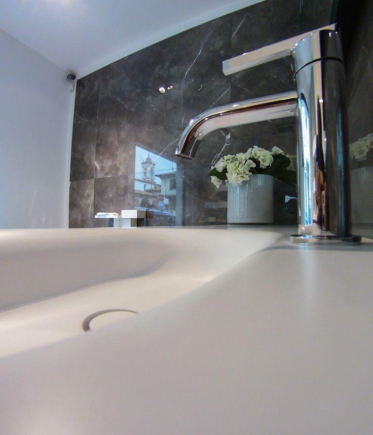 Particolare di lavabo integrato.  www.stanzedautore.it