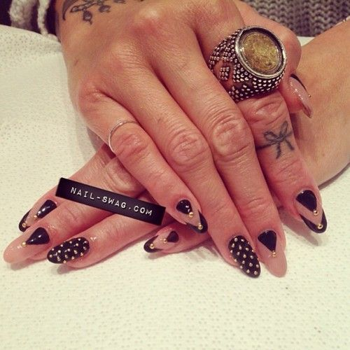 nude and black nail