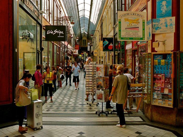 Passage Jouffroy - Accès de 7h à 21h30 par le 10-12 boulevard Montmartre et le 9 rue de la Grange-Batelière 75009.