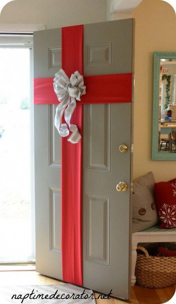 Gift Wrapped Front Door For Christmas Gift Wrapping The Front Door Is A Traditional Christmas Decorations Diy Outdoor Easy Christmas Decorations Christmas Diy