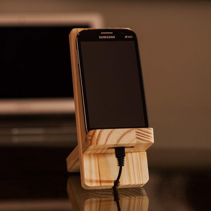 Suporte para celular fabricado em madeira de pinus reflorestada, material…