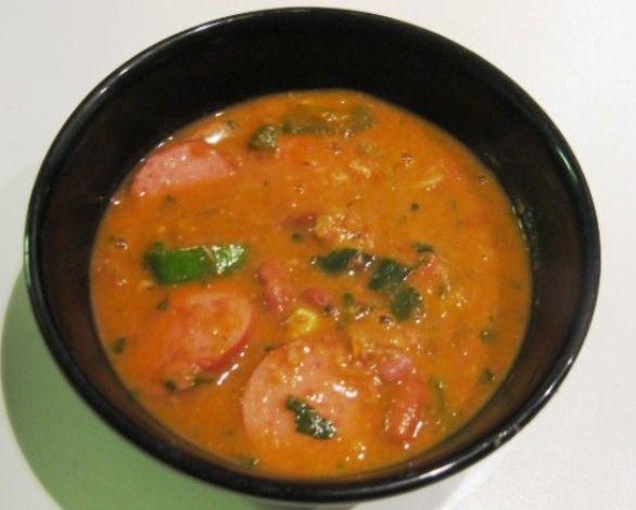 Lekkere Indische pittige bruine bonensoep. Deze is heel eenvoudig te maken en smaakt de volgende dag nog lekkerder. Je kunt ervoor kiezen om verse bonen te gebruiken of bonen uit blik. Benodigdheden: - 1 pond bruine bonen (verse of 1 literblik) - 2 kruid¬...