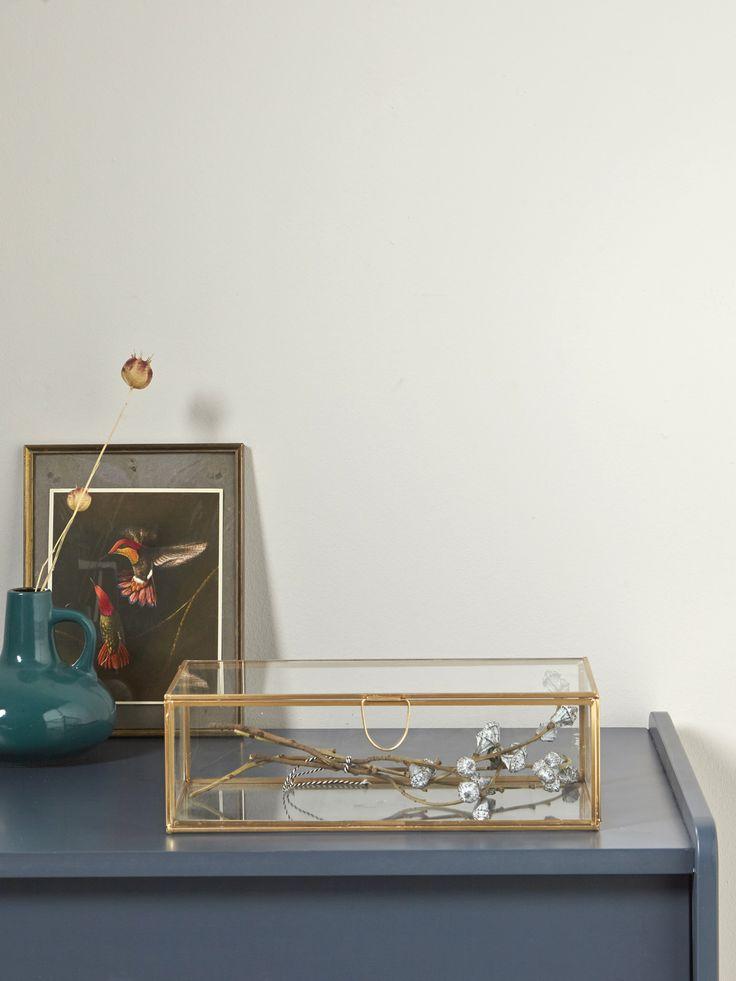 Boîte à trésors ou à bijoux, ce coffret vitrine s'expose partout dans la maison façon cabinet de curiosité. Détails2 tailles. S : 15,5 x 15,5 x 8 cm e