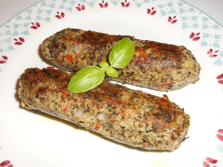 Déjà presque végétale à l'origine, la saucisse d'herbes (ou d'herbe) est  une grosse saucisse d'apparence plus ou moins verdâtre, moitié «herbes» (au  sens de «légumes»), moitié (pour nous) légumineuses, bien aromatisée.  Sa composition associe donc des herbes (nous avons privilégié les blettes  au détriment des épinards, de l'oseille ou du chou...) à des haricots  rouges. Le tout mixé, enrichi d'ail, de persil, de ciboulette, de piment  doux et fort, de poivre et de sel, sera façonné en…