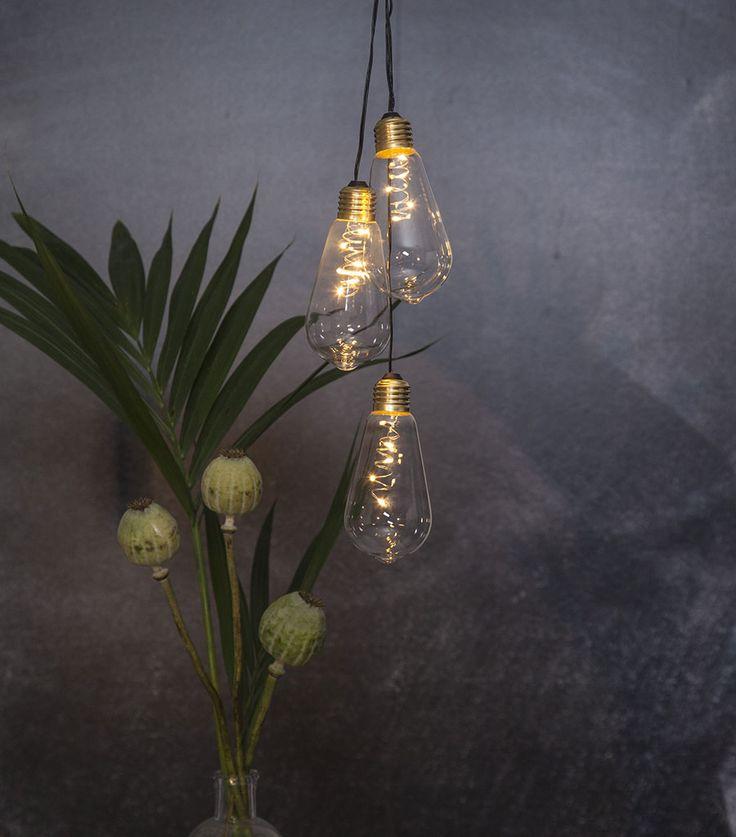 Glow er en helt enkel, men meget fin hengende dekorasjon som du gjerne må bruke flere av samtidig. Passer overalt i huset, kanskje spesielt i vinduet. Glow er batteridrevet og har 5 LED lyskilder, samt innebygd timer-funksjon.