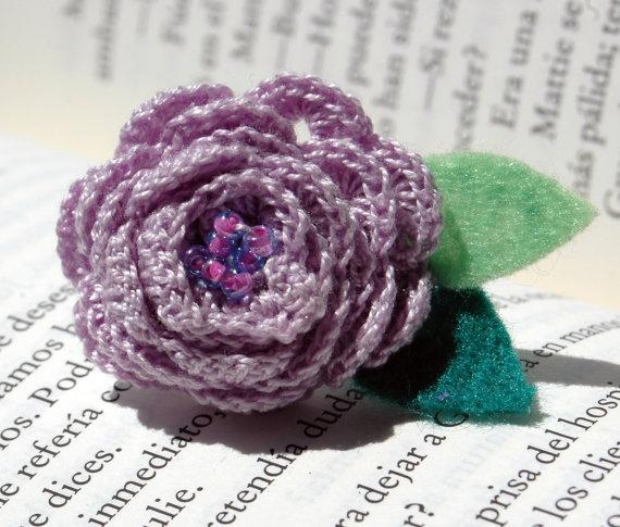 Rose crochet ring in  lilac color by lindapaula on Etsy, €6.00 -Anillo de ganchillo-croche en color violeta.