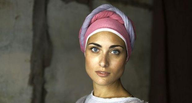 Scatto divenuto simobolo della mostra Sensational #Umbria di Steve #McCurry . Come sceglie i soggetti dei suoi celebri portrait? «Non è una modella, è una ragazza che ho incontrato per strada durante la Festa delle Gaite di Bevagna. Mi hanno ispirato l'armonia di colori dei suoi costumi medievali e l'espressione del viso, la vivacità dei suoi occhi».