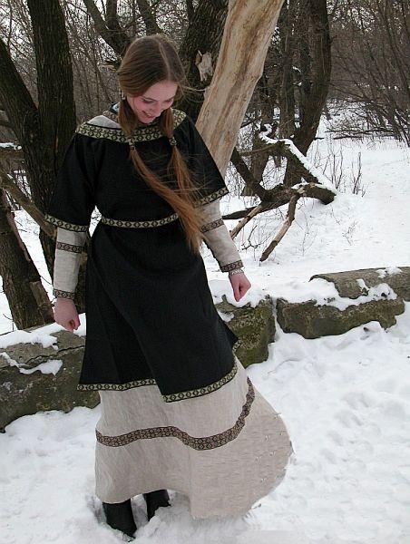Novogord style Viking Russ dress. Även kortare tunikor förekommer, till exempel som värmeplagg på vintern.