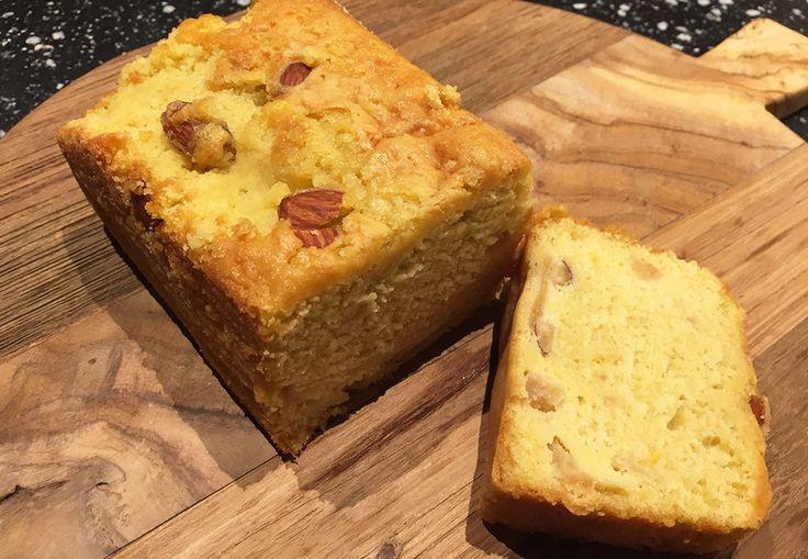 """""""Welkom bij een nieuwe aflevering van Alex' Bakery"""", nee grapje, maar ik ben wel weer de keuken ingedoken om een heerlijke cake te fabriceren. De combinatie van appel, mango en amandelen zorgen voor dit frisse cake kunstwerkje uit de oven.…"""