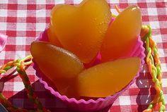 Recette pour 6 à 8 bonbons 3 g d'agar agar (gélifiant naturel à d'algue disponible en magasin diététique) 100 ml de jus de pomme 50 ml d'eau 50 g de sucre ou 1 Cs de sirop d'agave Dans une casserole mettre 50 ml d'eau.