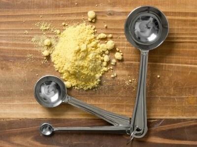 Aplicar durante un mes, una vez por semana. Pelo crece unos 10 centímetros. Receta de mascarilla es muy simple y está basado en el hecho de que calienta la piel de la cabeza de mostaza en polvo y provoca una oleada de sangre a los folículos del pelo. 2 cucharadas de polvo de mostaza secado (disponible en el Departamento de especias) con agua caliente para disolver 2 cucharadas, 1 yema, 2 cucharaditas de aceite de oliva, 2 cucharaditas de azúcar (el azúcar de más, el avieso).