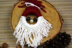 Weihnachtsmann-Anhänger - aus Gardinenring und Wolle! https://www.deindiy.de/weihnachtsmann-basteln-mit-kindern/ #deindiy #basteln_kinder