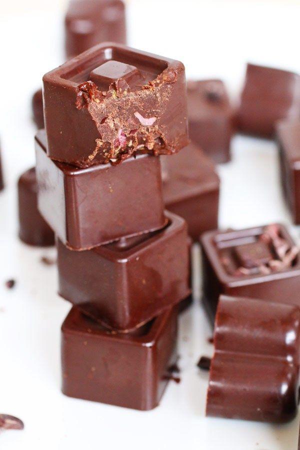 Cioccolato fondente senza zucchero è una ricetta a basso indice glicemico, senza glutine, paleo, senza latticini fatta con ingredienti naturali e biologici.