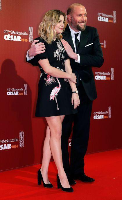 Tapis rouge des Césars 2016 : Francois Damiens pose avec Louane Emera, qui remportait l'an dernier le César du meilleur espoir féminin.