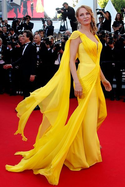 Uma Thurman en robe Versace au Festival de Cannes - EN IMAGES. Uma Thurman illumine le Festival de Cannes en robe jaune - L'EXPRESS