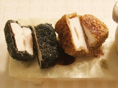 たんぱく質を多く含む鶏胸肉とチーズを使ったヘルシー惣菜です。ごまをまぶしてフライパンで焼き付けました。カリッとした衣とごまの香ばしさが食欲をそそります。お弁当のおかずにもぴったりです。