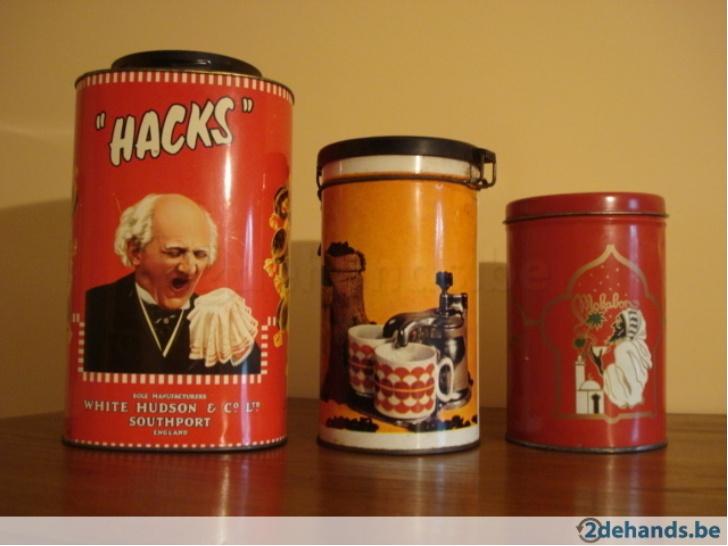 Lot van 3 retro metalen koffie en snoep dozen. Deze dozen kunnen worden gebruik als decoratie in een vintage keuken maar ook als hun originele bestemming. Prijs:€ 5,00