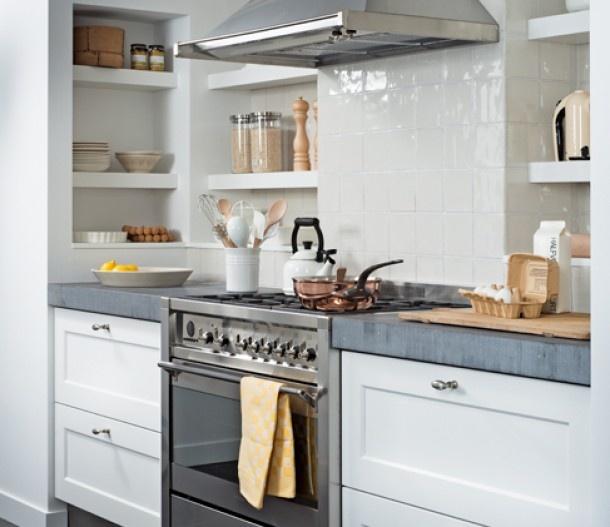 Keuken | witte keuken met betonnen blad. Vakken naast aanrecht