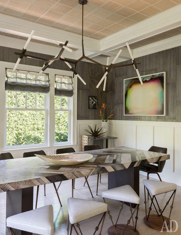 Зона столовой. Стол сделан на заказ. Кресла подизайну Эро Сааринена. Люстра Agnes подизайну ЛиндсиАдельман.