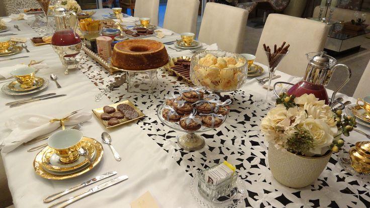 Chá: Bandeja com chás no centro, taça com palitinhos, porta açúcar...