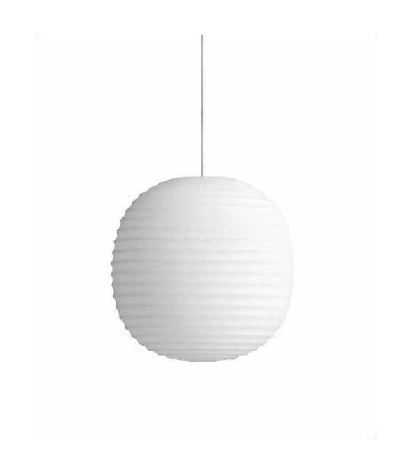 En vacker takpendel från New Works, formgiven av Anderssen & Voll. Lantern har en tydlig inspiration från den ikoniska skandinaviska rislampan, men har istället tillverkats i ett vackert frostat opalglas som utstrålar ett harmoniskt och varmt ljus. Eftersom lampan kommer i tre olika storlekar kan den placeras nästan vart som helst, och Lantern hänger lika väl för sig själv som i grupp.