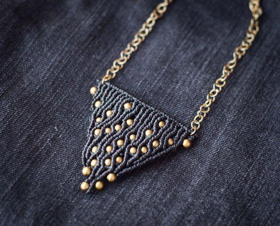 Questa collana è disegnata da me e fatta di filo cerato poliestere nero e perline bronzo antichi. Antichi bronzo anelli della catena.    Misure del