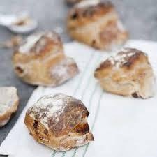 http://mittkok.expressen.se/recept/nattjasta-frukost-bullar-med-aprikoser-och-valnotter/