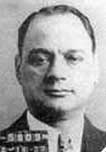 Vincent Mangano.Discípulo aventajado del que fue uno de los principales grandes mafiosos en Estados Unidos, GIUSEPPE BALSAMO. MANGANO empezó como lugarteniente de ALBERT ANASATASIA, hasta que empezó a cobrar cierta relevancia. Luego, con la muerte de GIUSEPPE MASSERIA en 1931, la familia representada por VINCENT MANGANO fue una de las cinco propuestas por el capo di capi SALVATORE MARANZANO para repartir la ciudad de Nueva York.  Se caracterizaba por ser un gangster viajero