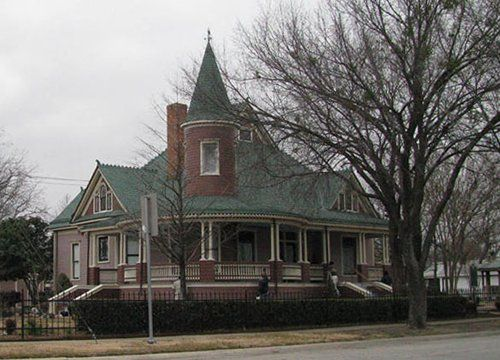 9 best images about historic homes on pinterest queen for Old style homes built new