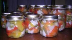 Ricetta Giardiniera agrodolce: Tagliare a pezzi e lavare la verdura. Fare bollire l'aceto, l'acqua, l'olio, lo zucchero ed il sale. Quando inizia a bollire, aggiungere le verdure e, quando riprende il bollore, fare cuocere per due minuti. Mettere nei vasetti con la loro...