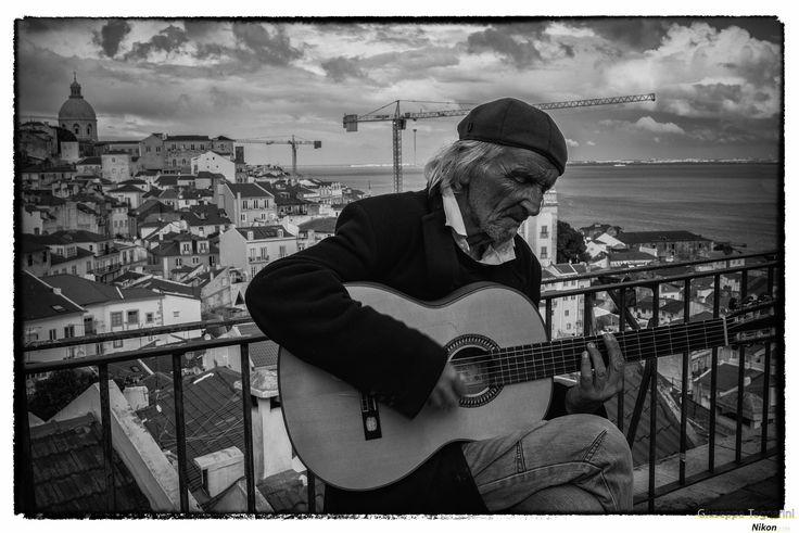 """affacciandomi su uno dei """"mirador"""" di Lisbona, ho traovato Lui che con la sua musica mi ha accompagnato piacevolmente!"""