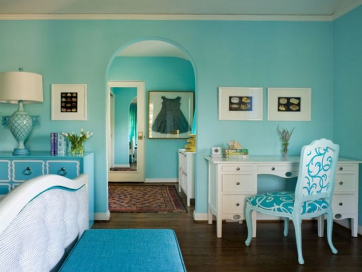 Ярко голубые стены гостиной комнаты