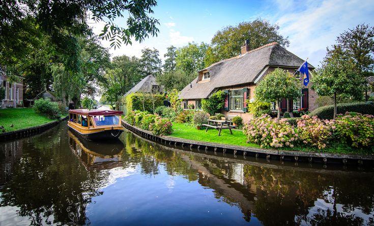 Giethoorn l Holland Population: 2,600