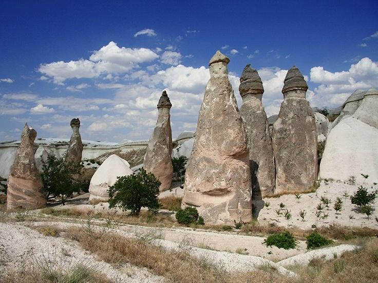 Les cheminées de fée de cette vallée abritèrent des moines en leur sommet, en Cappadoce en Turquie. Sur https://www.tripalbum.net