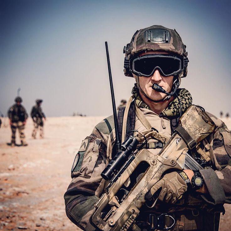 Un #légionnaire du 2e régiment étranger de parachutistes #2REP en patrouille avec ses hommes dans le désert aux Émirats Arabes Unis. Cet exercice franco-émirien Gulf 2016 a été conduit par le Groupement tactique interarmes (GTIA) du 5e Cuirassiers. SCH Cédric B/armée de Terre #armeedeterre #defense #defence #armée #armee #soldat #soldier #frencharmy #militaire #military #gun #machinegun #legion #desert #EAU #emirates #warrior #famas