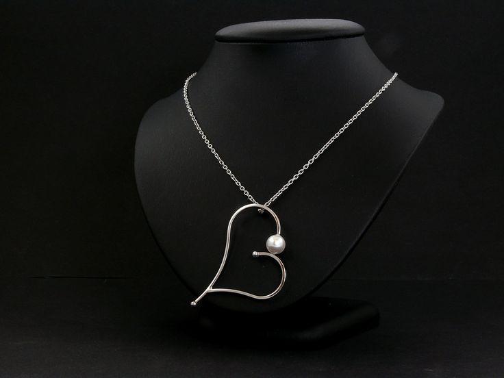 Édes vízi gyönggyel díszített ezüst medál lánccal.