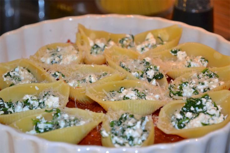 Conchas rellenas de queso y espinaca
