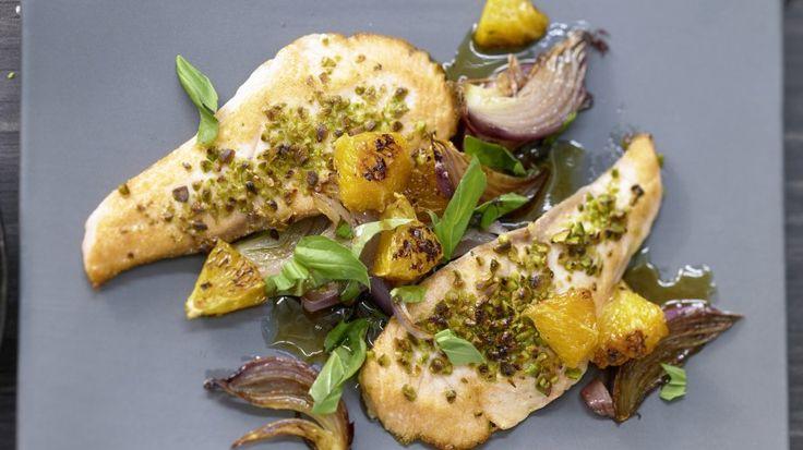 Inspiriert von der sizilianischen Küche: Pfannen-Lachsfilet mit roten Zwiebeln und Orangen | http://eatsmarter.de/rezepte/pfannen-lachsfilet