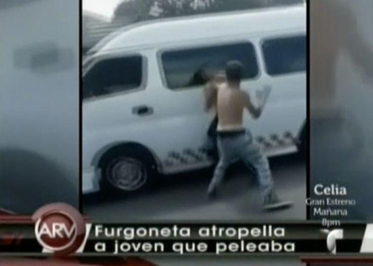 Estaban peleando en la calle y de repente fueron atropellados por un vehículo