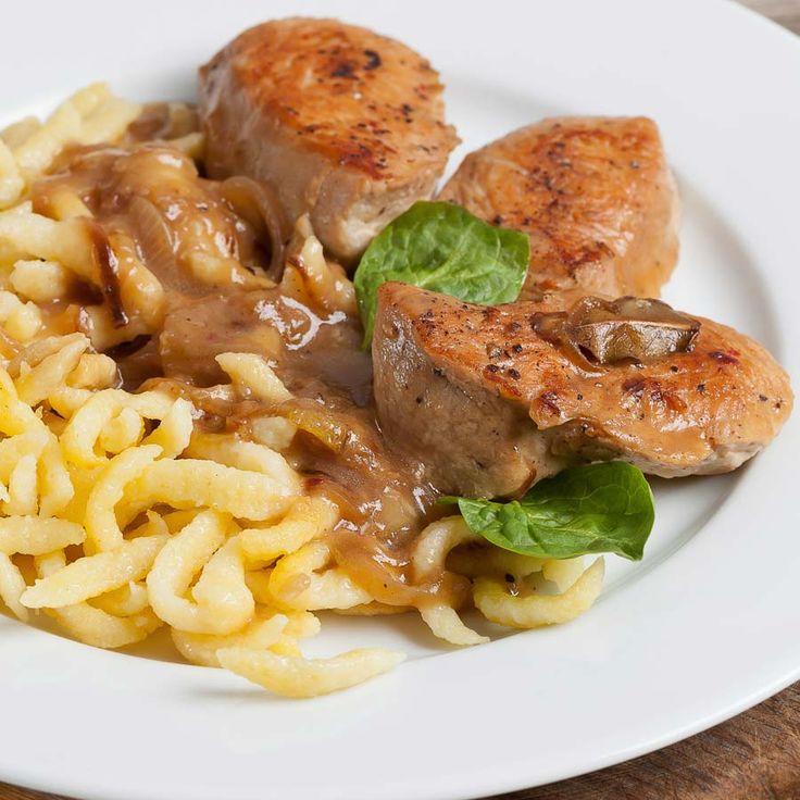 Zartes Kalbsfilet in einer leckeren Zwiebel-Senf-Sauce. Dazu frisch gemachte Spätzle. Man gönnt sich ja sonst nichts ;-) http://einfach-schnell-gesund-kochen.de/kalbsfilet-mit-spaetzle-und-zwiebel-senfsauce/