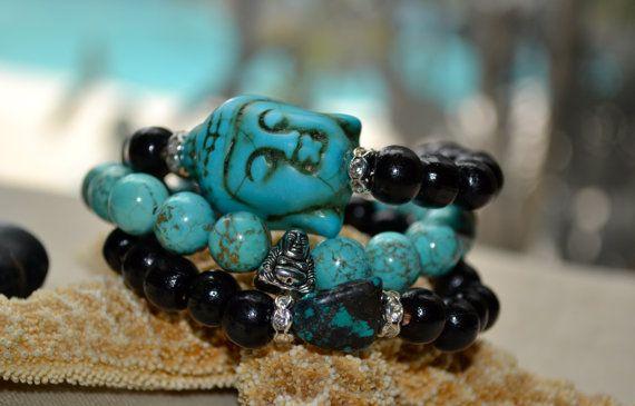 Deze armbanden zijn een stuk erg mooi en leuk! Samengesteld uit prachtige zwart gekleurde houten en turquoise kralen. Een armband heeft een kleine zilveren vergulde accent Tibetaanse Boeddha-kraal, andere een mooie kleine turquoise gekleurde steen en de laatste een zeer mooie, grote turquoise Buddha hoofd. Ze zijn een zeer girly en leuk op zichzelf of gelaagd met andere kleuren en stijlen. Één grootte past de meeste.